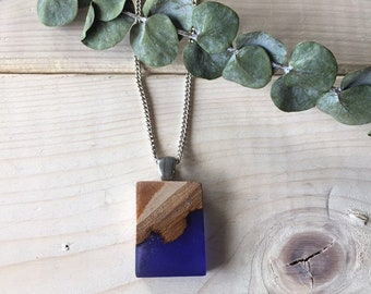 Collier bois recyclé et résine bleue indigo