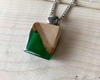 Collier bois et résine vert bouteille, collier délicat, collier bijou bois et résine, inspiration nature, bijou vert