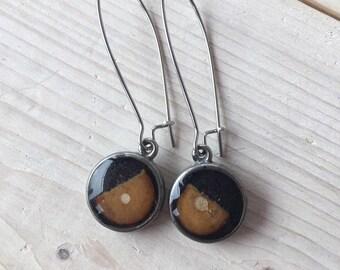 Boucles d'oreilles pendantes boucles d'oreilles de couleur noires ,bijou bois et résine, crochets d'oreilles, bijou bois