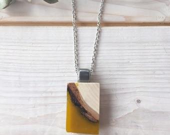 Collier en bois recyclé et résine moutarde