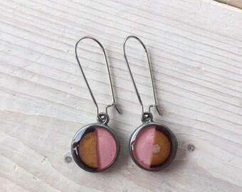 Boucles d'oreilles pendantes boucles d'oreilles de couleur rose pâle , bijou bois et résine, crochets d'oreilles, bijou  rose pâle
