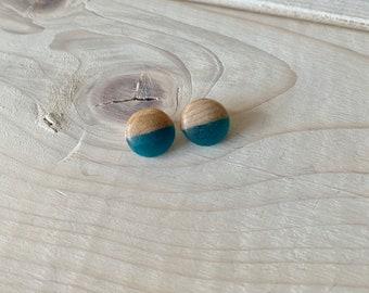 Clous d'oreilles minimalistes , puce d'oreilles en bois et résine, clous d'oreilles bleues turquoises en bois, pins,