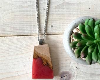 Collier en bois et rouge, très gros collier, gros pendentif, bijou bois et résine, inspiration nature, bijou rouge