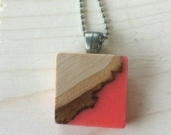 Collier bois recyclé et résine corail format moyen