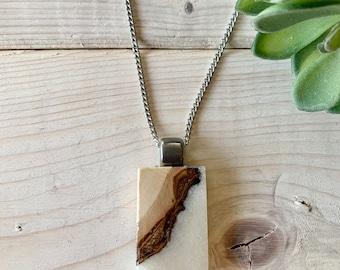 Bijou en bois recyclé et résine blanche fini brillant , collier bois et résine blanche, bijou en bois, nature,  bijou bois et résine,