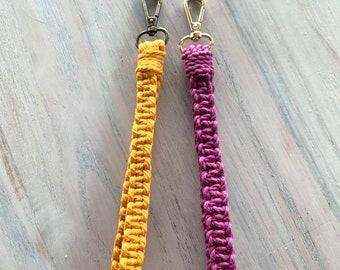 Porte-clés macramé pour poignet tissé sur un mousqueton pivotant en métal doré ou antique au choix, tissé en coton recyclé de couleur