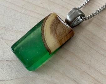 Collier bois recyclé et résine vert bouteille