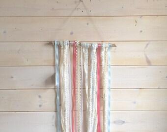 Tenture de rubans turquoise et blanc