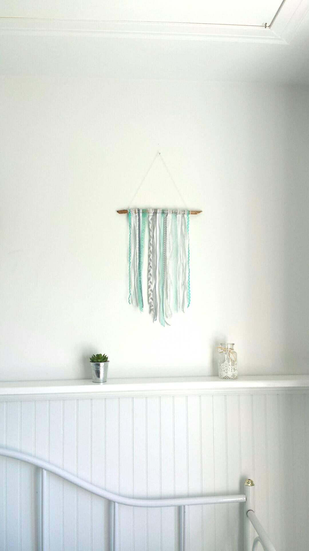 Tenture de rubans turquoise et blanc - Tenture chambre bebe ...