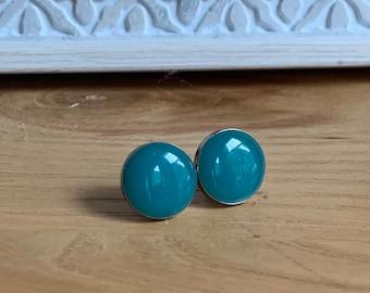 Clous d'oreilles hypoallergène, boucles d'oreilles minimalistes, boucles d'oreilles en acier inoxydable  et résine turquoise opaque.