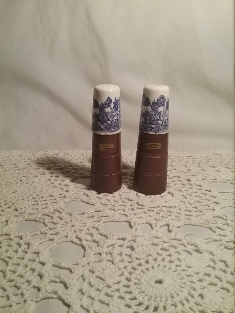 Vintage Salt /& Pepper Shakers Wood Ceramic Blue Country Pattern