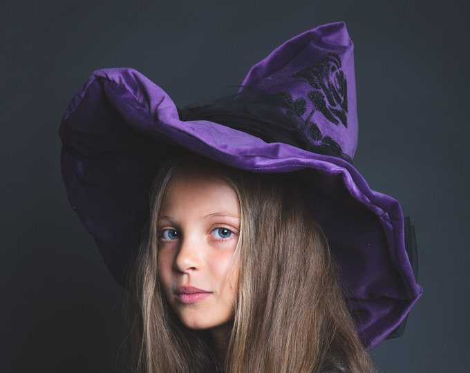 Purple velvet witch hat, wide edge, black pink in sequins, large black tulle knot on the back