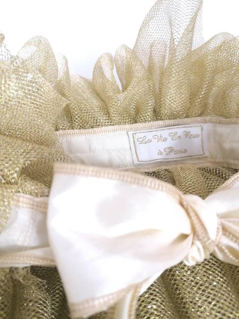Cape in gold tulle taffeta knot