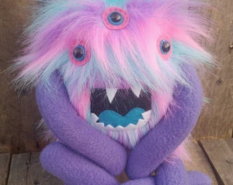 Peluche monstre, Stuffed animal, monstre à la main, créature peluche, doudou, peluche monstre, animal en peluche