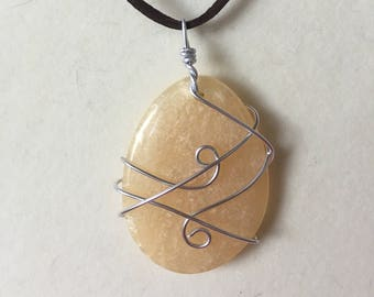 Beige Oval Wire-wrapped necklace