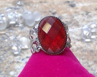 Vintage ring with shimmering glass cut cabochon in Burgundy, very elegant noble and luxurious, perfect for ball celebration as a gift