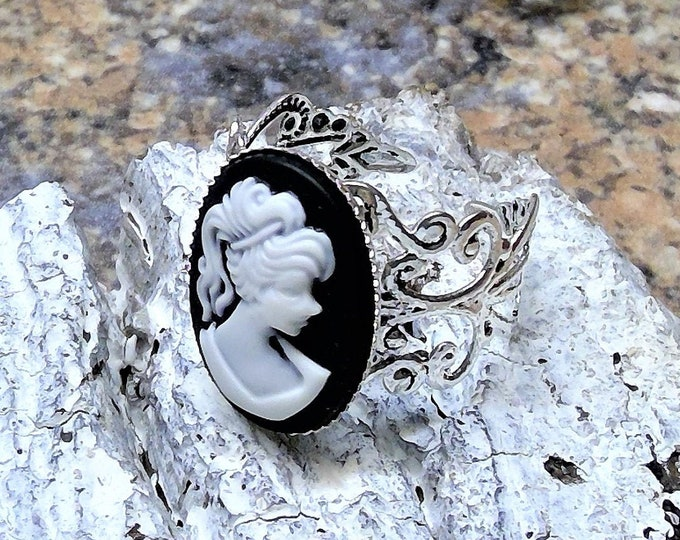 Ring mit edlem Relief Cabochon Madame