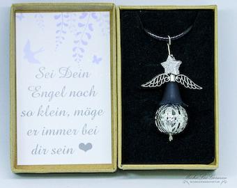 Metal-Perle Engel auf Lederband, in Geschenkbox mit liebevolem Spruch