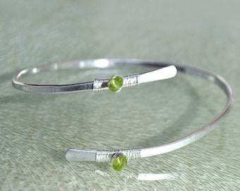Peridot bracelet real Silver 925 - sterling silver hammered cross ring - green gemstone bracelet - August birthstone