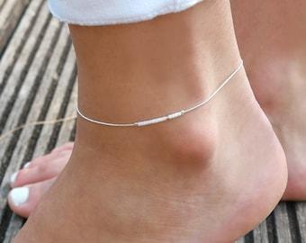 Bracelet de cheville ultra fin - chaine serpent argent massif 925 - perles miyuki blanches - blanc et argenté - chaîne de pied minimaliste