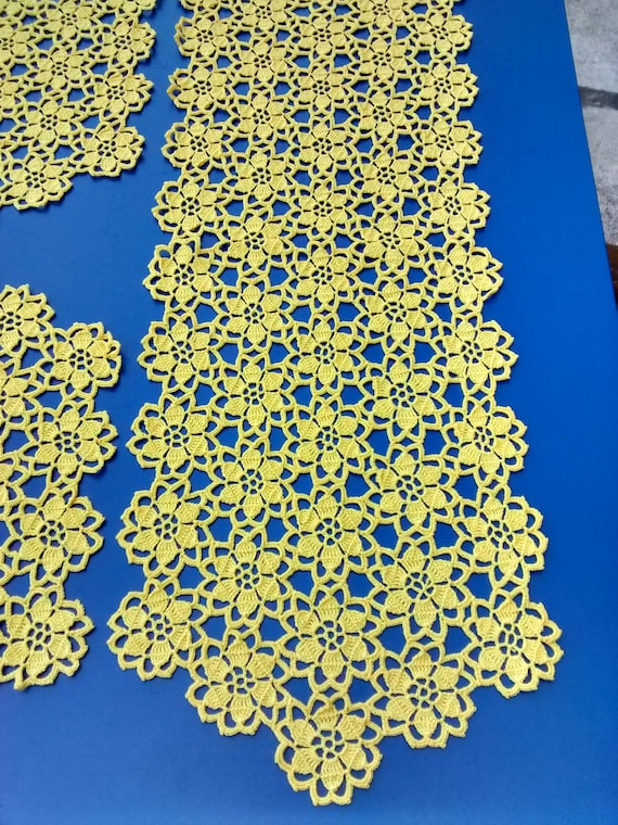 Completo di 3 Centrini all\'uncinetto, fatti a mano con filo di cotone color  giallo.