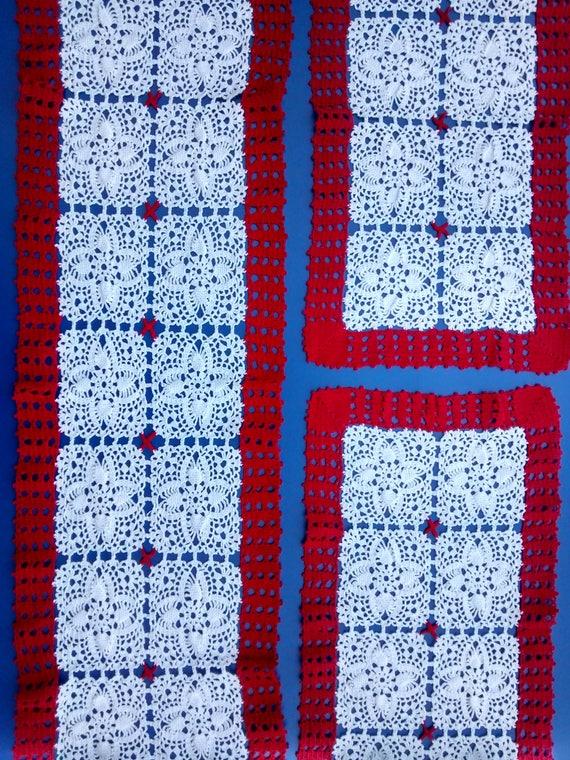 Completo di 3 centrini all\'uncinetto, fatti a mano con filo di cotone color  bianco e rosso.