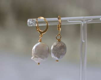 Lobe earrings with river pearls