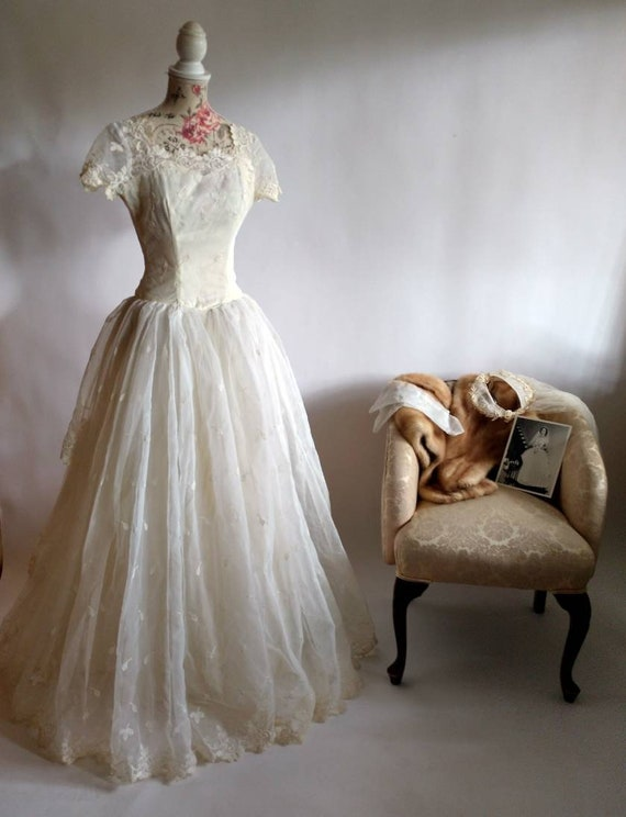 Vintage 50s 1950s leaf print lace wedding gown wit