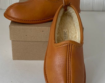 Deadstock Vintage 70s 80s Kids Tan Brown Vegan Leather Faux Sherpa Lined Slippers Size 12 Boys Girls NOS Unworn Boho Childrens Shoes Slip On