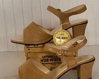 Vintage 70s Deadstock Size 10 Wide Width Beige Vegan Leather Sandals Antonella Nude Tan Block Chunky Heel Spring Shoes 80s 10WW