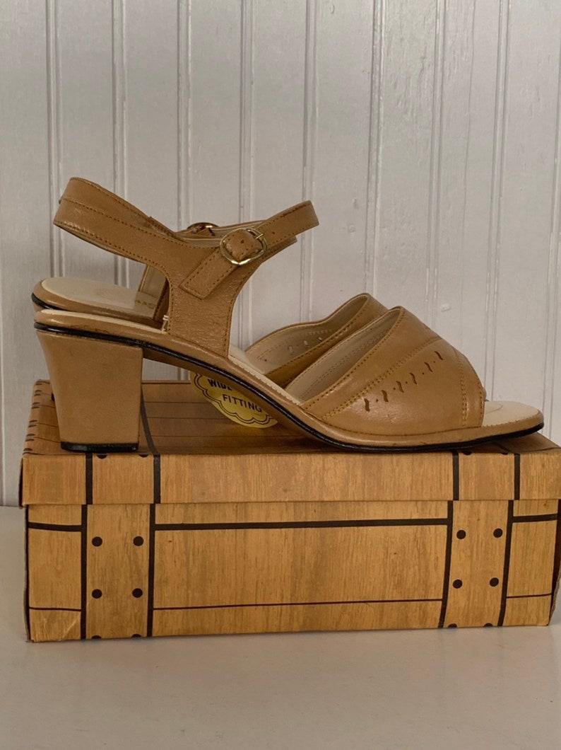 df92fec0a19b4 Vintage 70s Deadstock Size 10 Wide Width Beige Vegan Leather Sandals  Antonella Nude Tan Block Chunky Heel Spring Shoes 80s 10WW