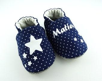 9784cc8790d16 Chaussons bébé personnalisables semelle cuir et dessus en coton bleu avec  étoiles idéal pour un cadeau naissance