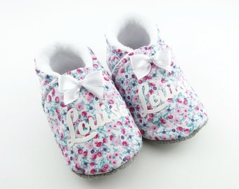 4b5820874943c Chaussons bébé semelle cuir et coton fleuri personnalisables au prénom de  l enfant idéal pour un cadeau naissance