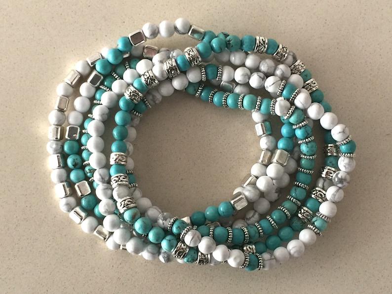 9fa57ae9be67 6 pulseras elásticas de turquesa y howlita turquesa blanca