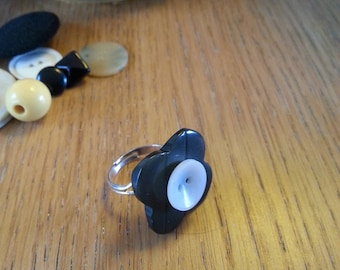 Vintage button ring yellow and black