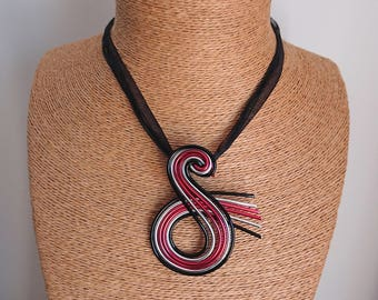 Black swirl necklace / Pink / Silver