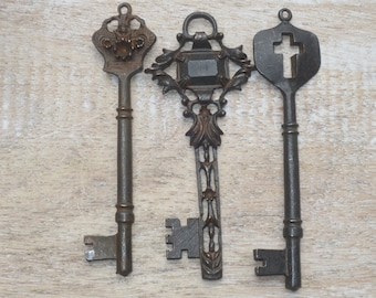 Bronze tone ornate key keyring