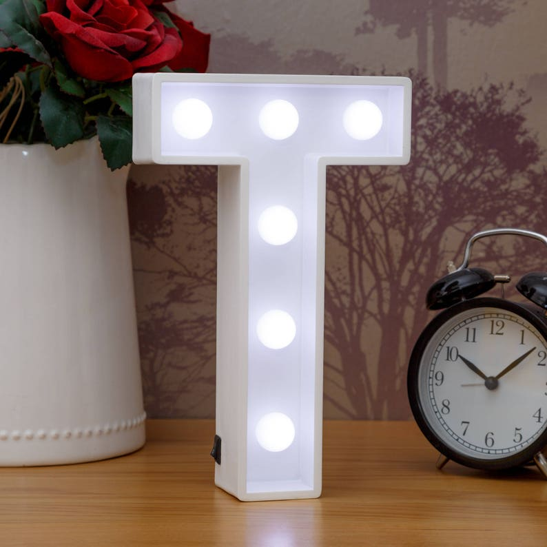 Lettres d'éclairage Vers le haut T Marquee Letters LED Lampe de chevet (fr) White Wooden Letter Lights Bedroom Decor Mur suspendu autoportant (fr) Nom
