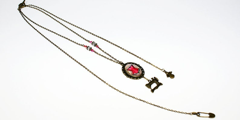 Vintage style woman necklace with a red bustier image