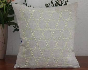 Hand embroidered pillow in Japanese Stickstil Sashiko-Kagome (woven