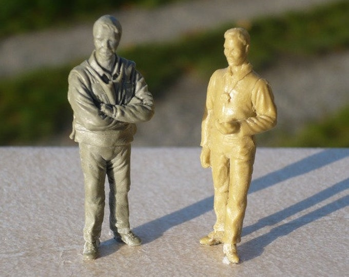 set of 2 figures technical marshall and controller 1:43 scale (to assemble and paint) Le Mans Miniatures FLM143004