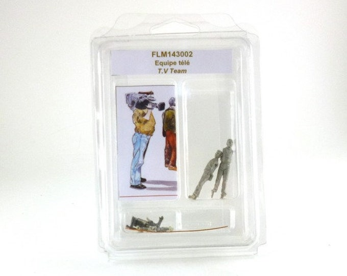 set of 2x 1:43 scale figures journalist and photographer (to assemble and paint) Le Mans Miniatures FLM143003