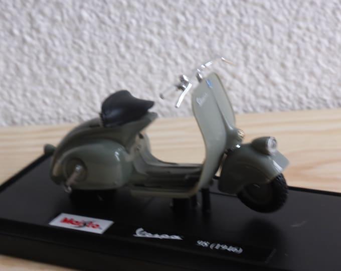 Piaggio Vespa 98 (1946) light grey Maisto diecast model 1:18 scale