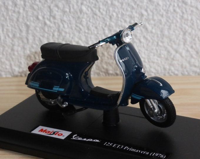 Piaggio Vespa 125 ET3 Primavera (1976) mid blue Maisto diecast model 1:18 scale