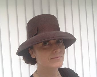 Cappello marrone lana pura di annata 1950 in forma classica realizzata in  Inghilterra 951f5957f01c