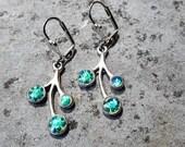 Boucles d 39 oreilles bleues vertes et argentées, bijou fait-main en résine, strass swarovski, pièce unique