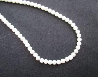 Mother of Pearl: 25 4 mm round beads