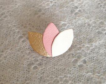 """Petite broche """"3 pétales"""" en cuir doré/rose/crème"""
