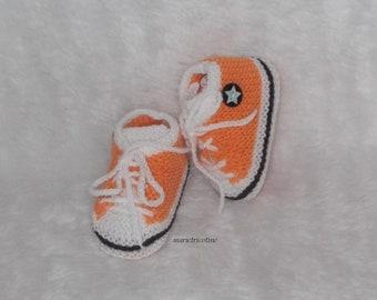 887bf2cd9ab9f chaussons bébé style basket converse chaussons laine 0 3 mois tricotés main  rose hortensia noir blanc cadeau naissance