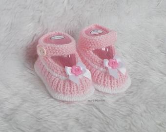 81872630071d8 chaussons bébé chausson 0 3 mois tricotés mains chaussons laine rose petale  et blanc cadeau naissance